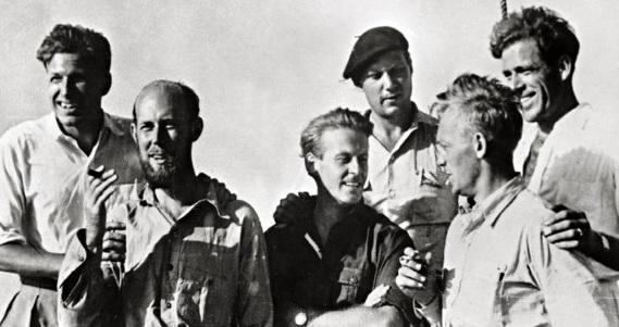 Kon-tiki crew from left to right: Knut Haugland, Bengt Danielsson, Thor Heyerdahl, Erik Hesselberg, Torstein Raaby, Herman Watzinger